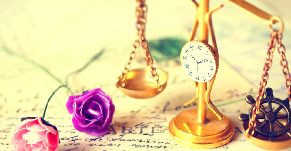 バラの花と天秤