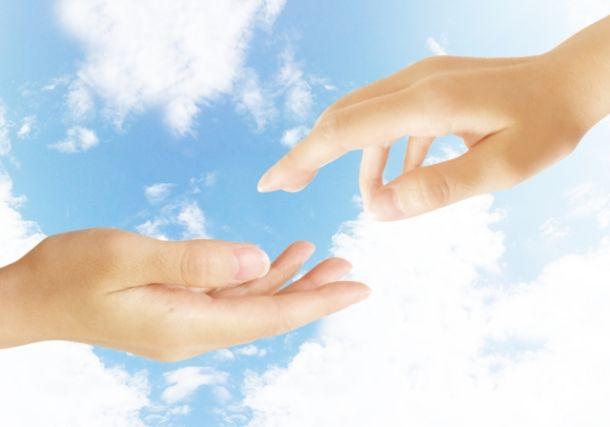 手を繋ごうとする二人