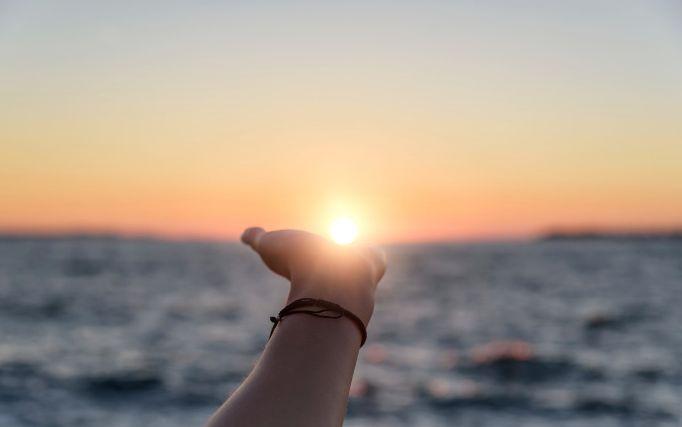 手のひらに浮かぶ夕日